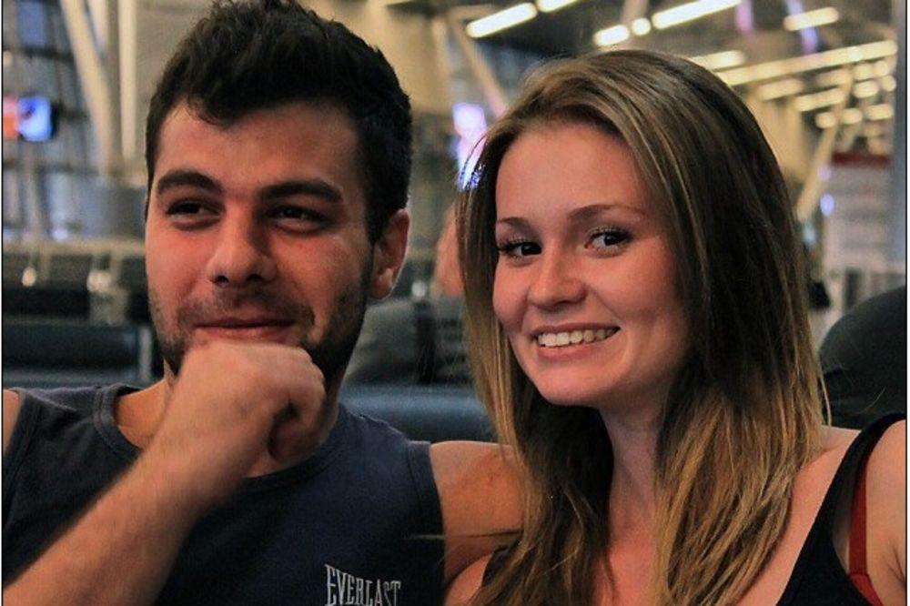 Ralina Gilmanova (22) i njen verenik Mihail foto printscreen Dejli mejl