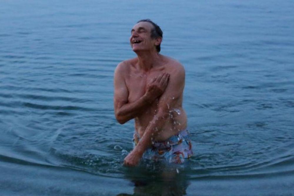 (VIDEO) KAD GA VIDIŠ DA SE SMRZNEŠ: Šibenčanin se kupa u moru iako je debeli minus!