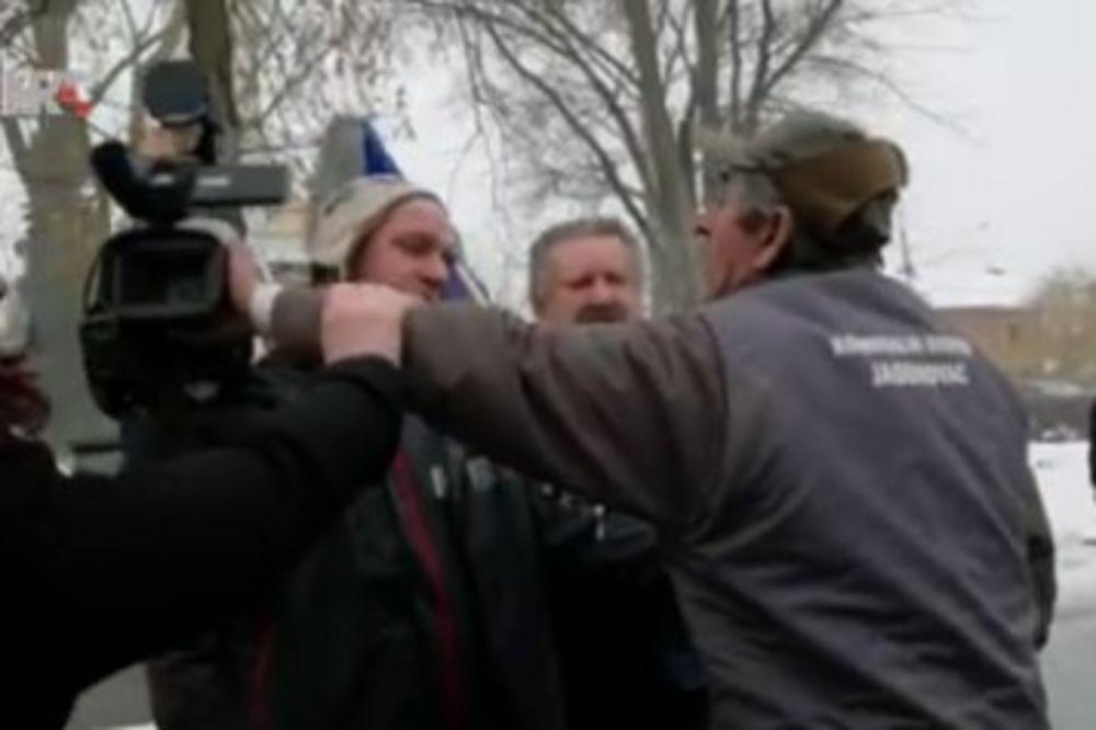 SKANDAL U JASENOVCU: Napadnut kamerman HRT koji je snimao protest antifašista