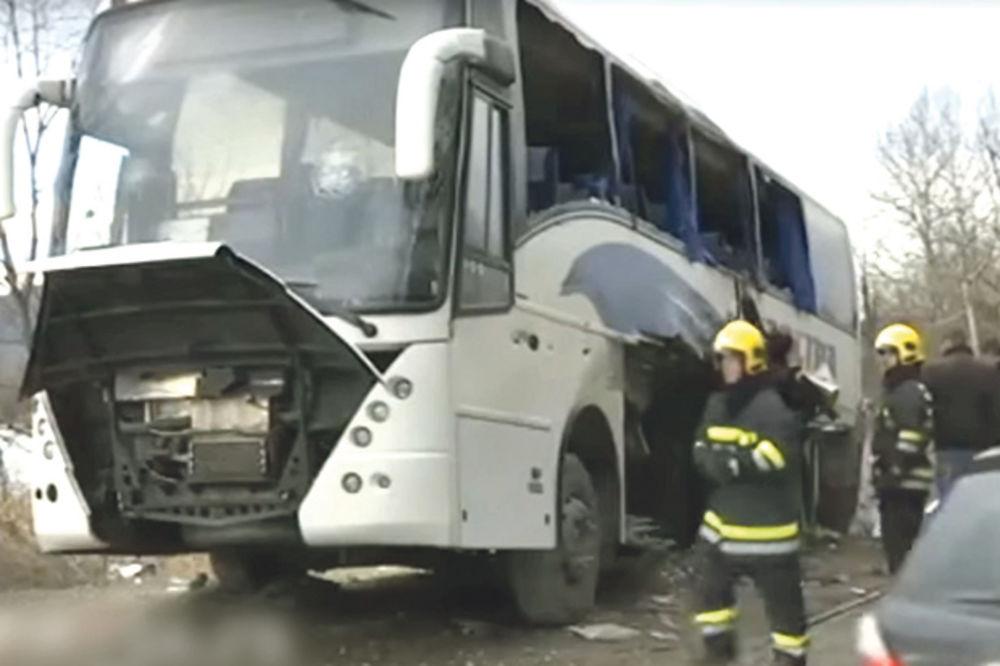 Uništen... Slupani autobus posle sudara sa lokomotivom
