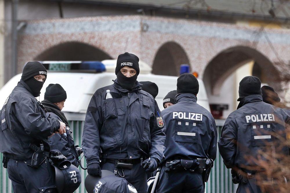 PUCNJAVA U NEMAČKOJ: Pljačkaš banke upucan pa uhapšen!