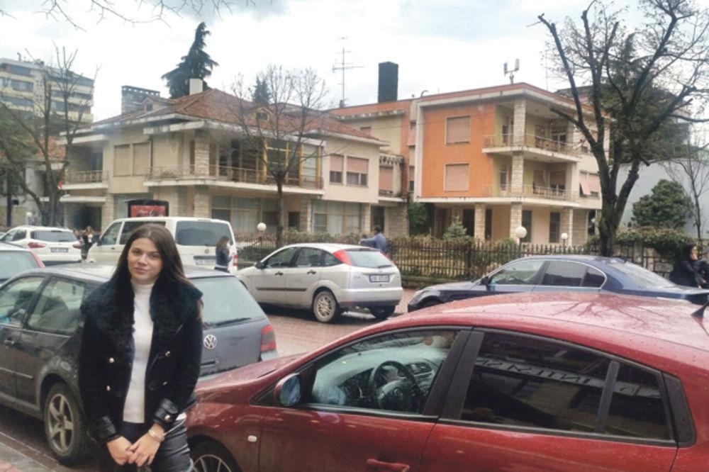 Ispred kuće Envera Hodže... Reporter Kurira u Tirani