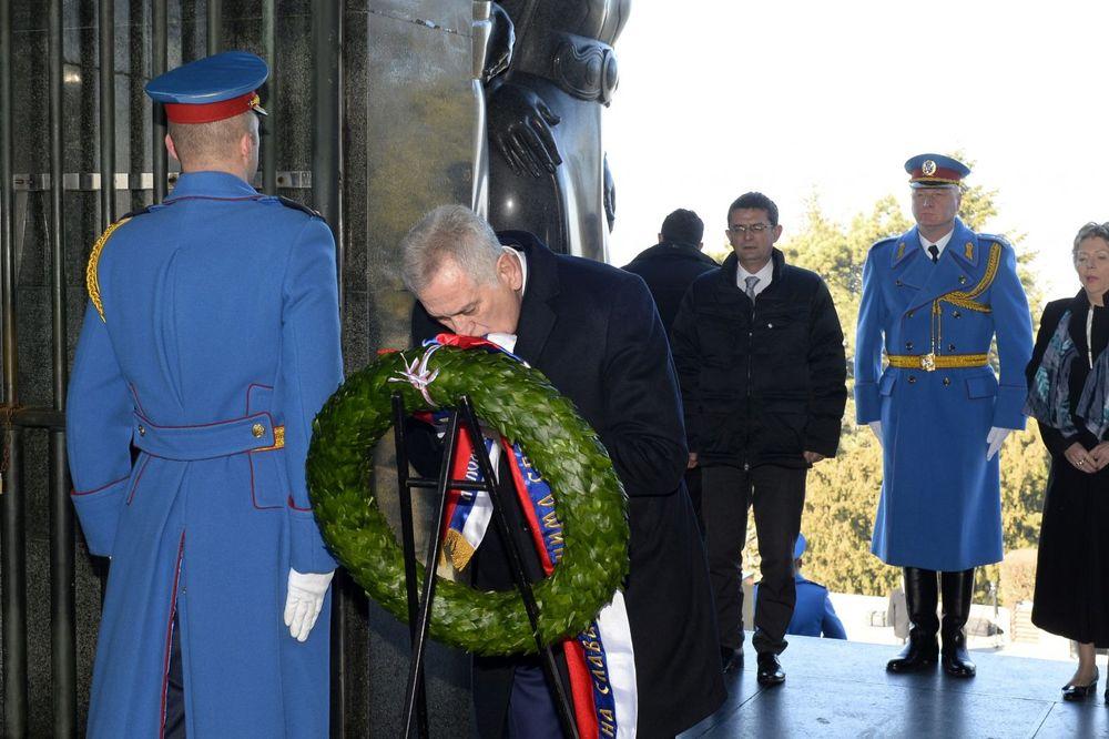 SRBIJO, SREĆAN TI PRAZNIK: Nikolić položio venac na Spomenik neznanom junaku