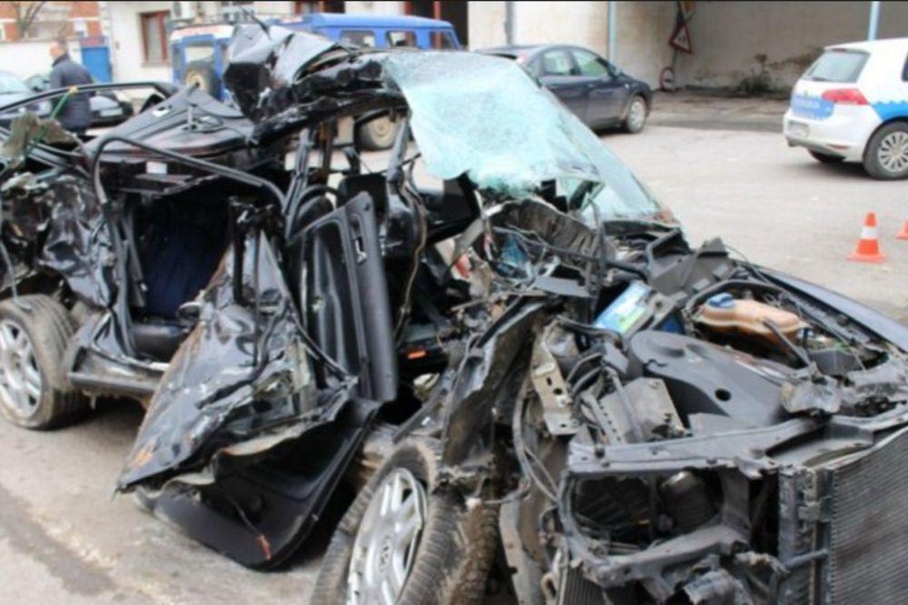Tela su iz smrskanog auta vadili vatrogasci (Foto printscreen avaz.ba)