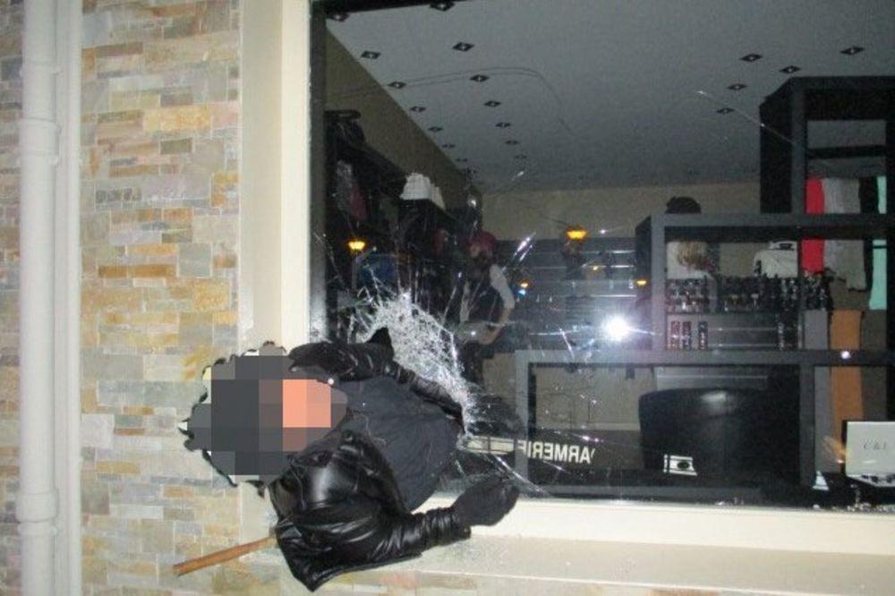 OPLJAČKAO PRODAVNICU, PA SE ZAGLAVIO U PROZORU: Francuska žandarmerija uhapsila pijanog lopova!