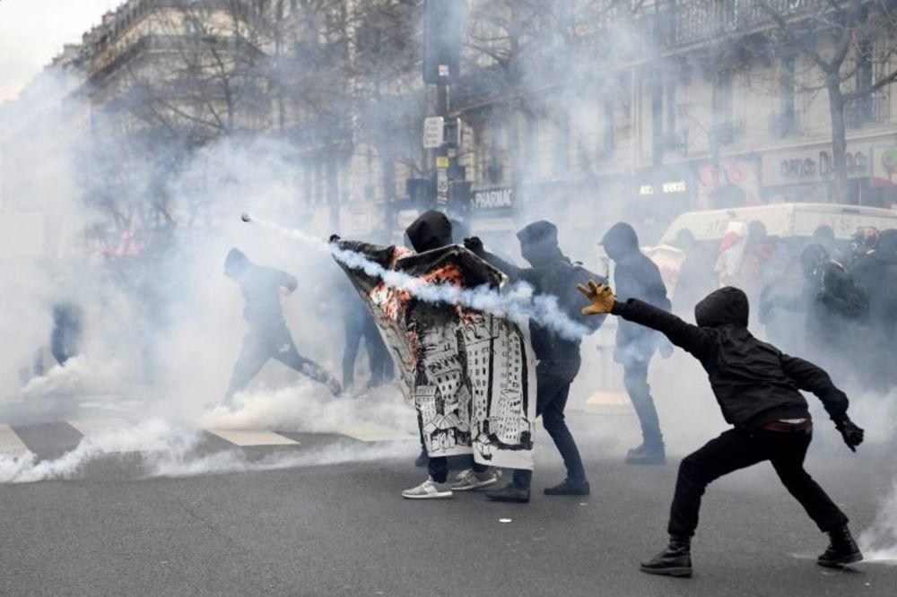 (VIDEO) PROTESTI U PARIZU IZMAKLI KONTROLI: Demonstranti sa fantomkama gađali žandarme PROJEKTILIMA!