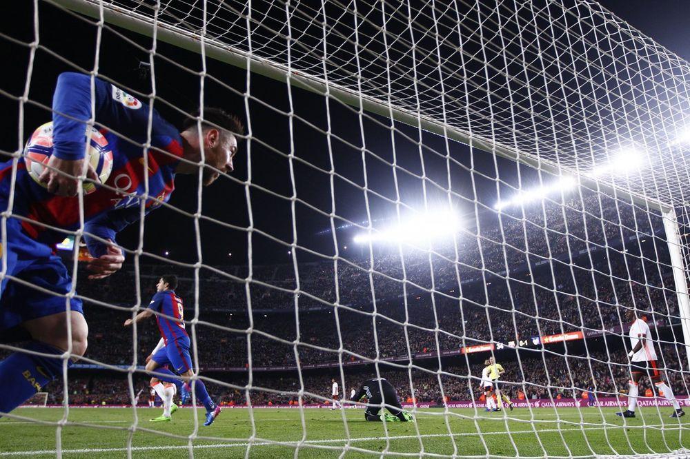(VIDEO) BARSELONA DRŽI KORAK ZA REALOM: Šest golova, crveni karton i dva pogotka Mesija