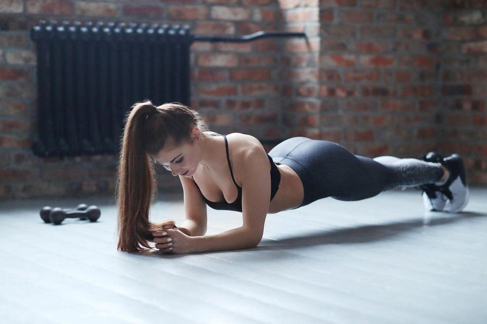 (FOTO) ZABORAVITE NA TERETANU I ZNOJ: Vežba za ravan stomak koja zamenjuje 1.000 trbušnjaka!