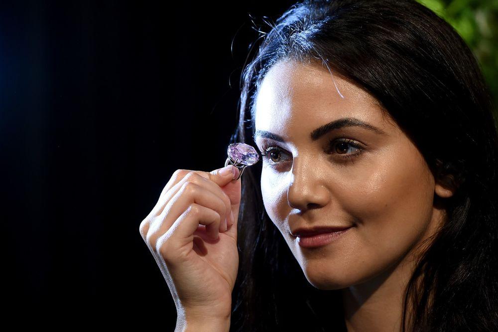 (FOTO) RUŽIČASTA ZVEZDA: Ovo je dijamant vredan više od  60 miliona dolara!