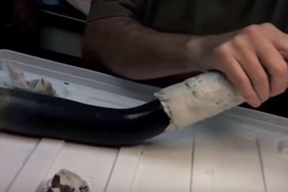 (VIDEO) NEŠTO LJIGAVO I CRNO NAŠLI U BLATU: Ovo je misteriozno biće otkriveno na Filipinima!