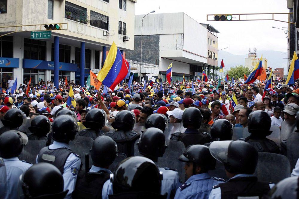 ODSTREL STUDENATA KOJI PROTESTUJU U VENECUELI: Milion ljudi na ulicama protiv predsednika, ubijeno 8