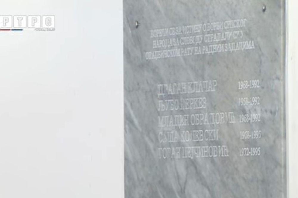 Spomen-ploča petorma radnicima RTRS-a poginulih tokom rata (Foto: Printscreen YouTube/RTRS)