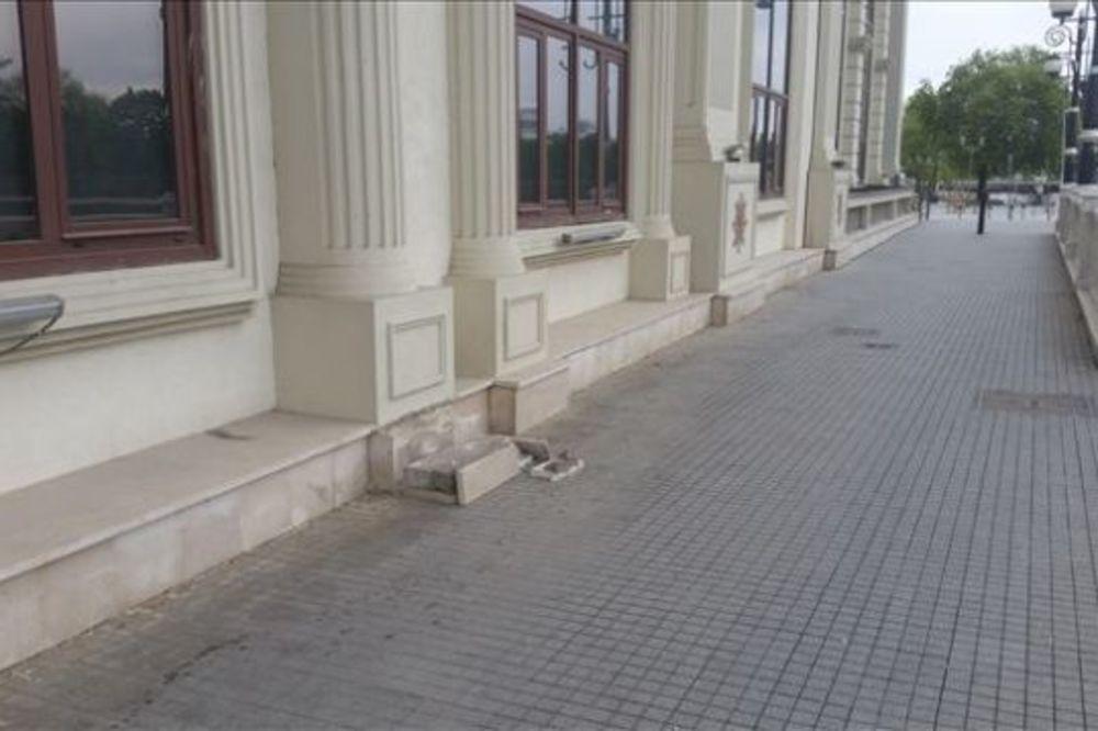 LOŠA KOPIJA ISTORIJE: Barokni ukrasi na državnim zgradama počelu da otpadaju
