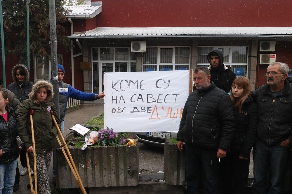(FOTO) TUGA U ALEKSINCU: Komšije odaju poštu MAJCI i SINU koji su poginuli zbog NEMAŠTINE