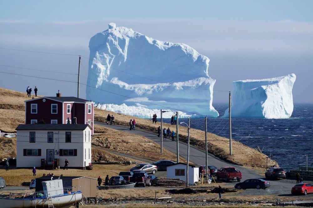 (VIDEO) ZABAČENI GRADIĆ POSTAO SVETSKA ATRAKCIJA: Ono kad ti iza kuće dopluta ledena gromada