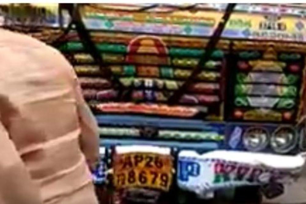(VIDEO) POMAHNITALI KAMION U INDIJI:Upao među poljoprivrednike koji su protestvovali i napravio HAOS