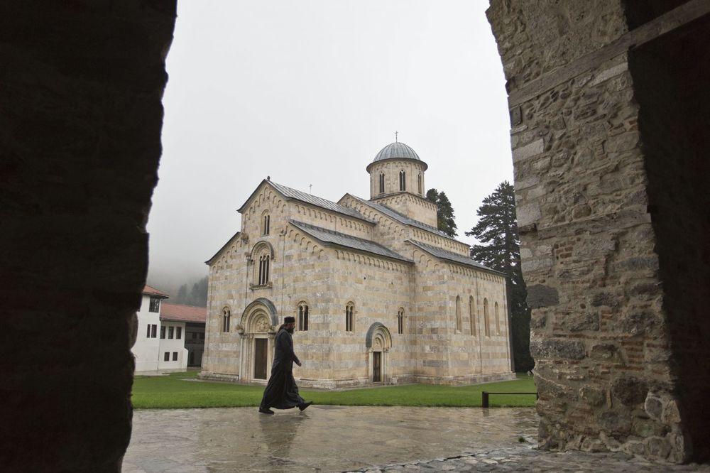 DRAMA NA KOSOVU: Albanci prete blokadom puta zbog VISOKIH DEČANA
