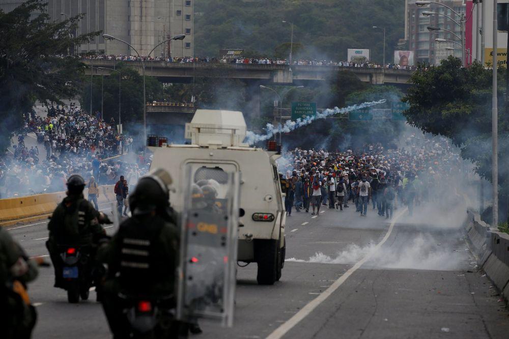 (VIDEO) POKOLJ DEMONSTRANATA U KARAKASU: Ubijeno 12 ljudi u sukobu policije i građana