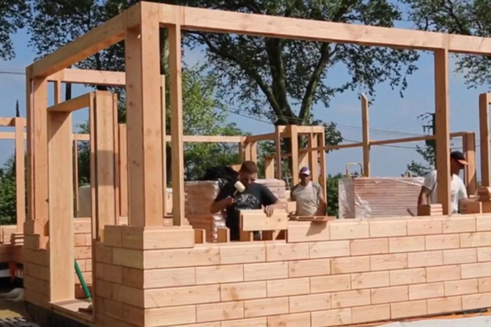 VIDEO) MONTAŽNA KUĆA KAKVU JOŠ NISTE VIDELI: Evo kako se gradi kuća od  drvenih cigala