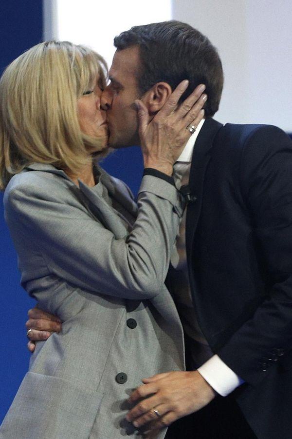 Slavljenički poljubac: Makron je u govorima često isticao podršku koju mu daje supruga (Foto: Fonet/AP)