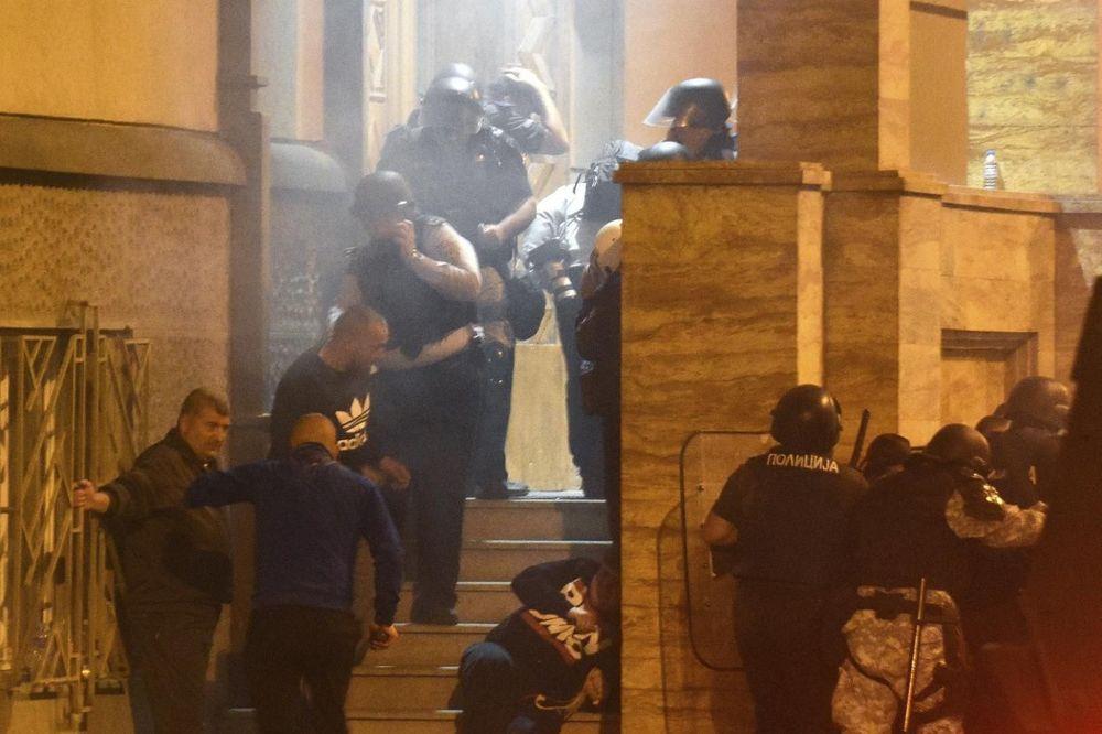 KAZNE ZA ODGOVORNE: 11 policajaca i 4 specijalca suspendovani zbog ponašanja tokom napada u Sobranju
