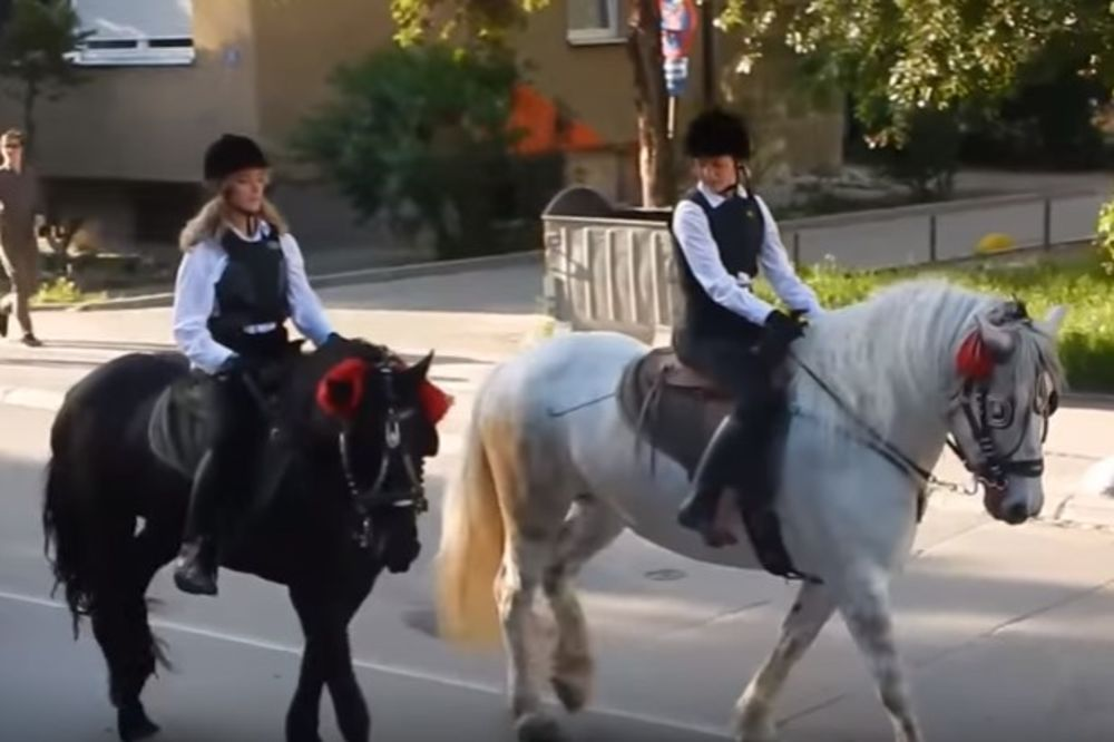 (VIDEO) DOLAZAK NA MATURU ZA PAMĆENJE: Melisa i Valentina na konjima oduševile ceo grad