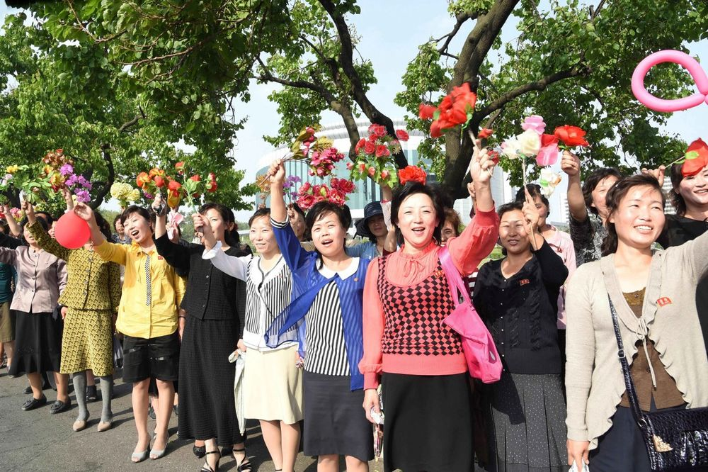 (FOTO) OVAKO U PJONGJANGU DOČEKUJU SVOJE HEROJE: SAD se neće dopasti koga pozdravljaju hiljade ljudi