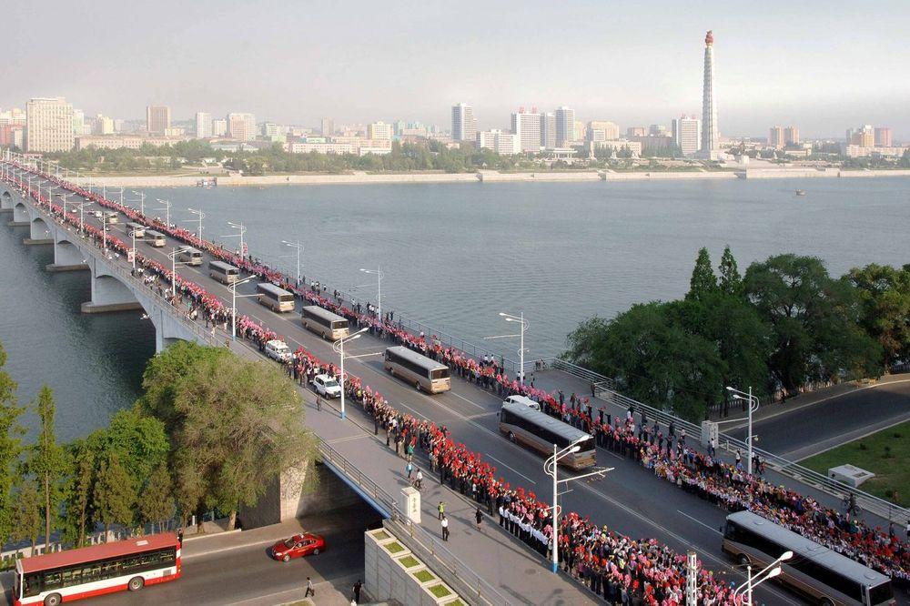 Hiljade ljudi na ulicama, Foto: Reuter