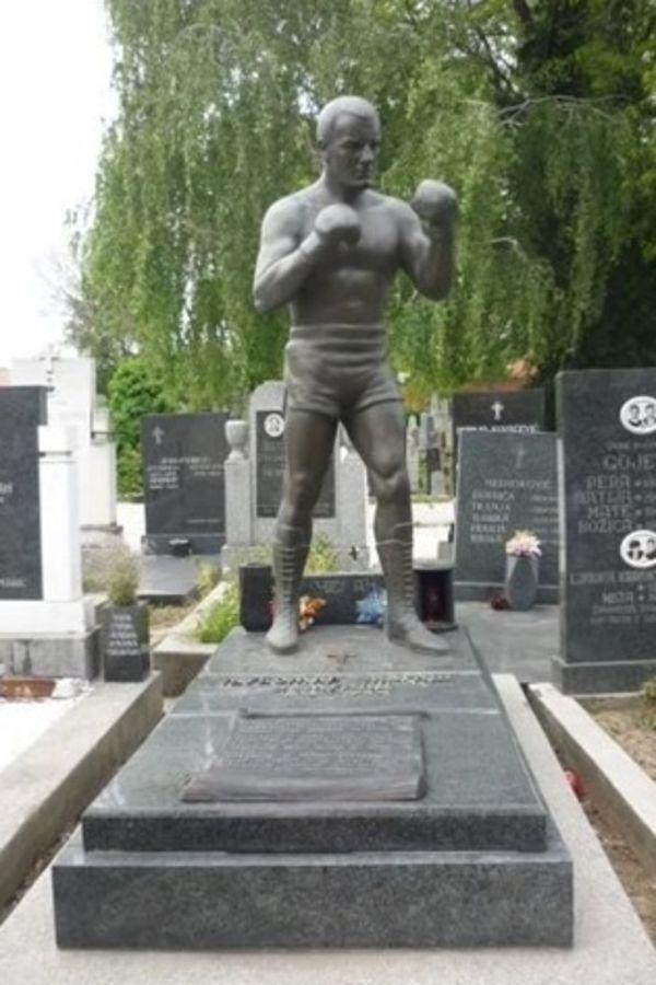 Spomenik Ljubi Zemuncu, Foto: Jutjub printskrin
