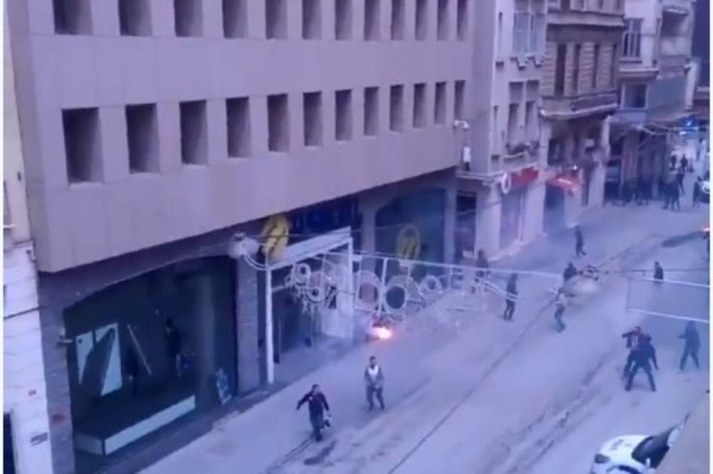 (VIDEO) CRVENO-CRNO-BELI OBRAČUN: Masovna tuča navijača Olimpijakosa i Bešiktaša u Istanbulu