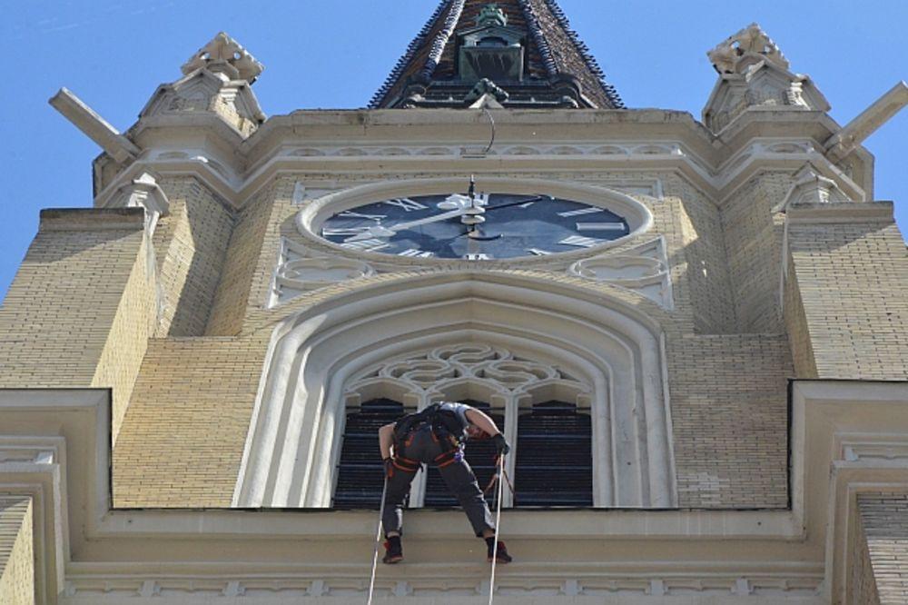 ODUŠEVIO NOVOSADSKE MATURANTE: Radnik alpinista zaigrao Užičko kolo viseći na zvoniku Katedrale