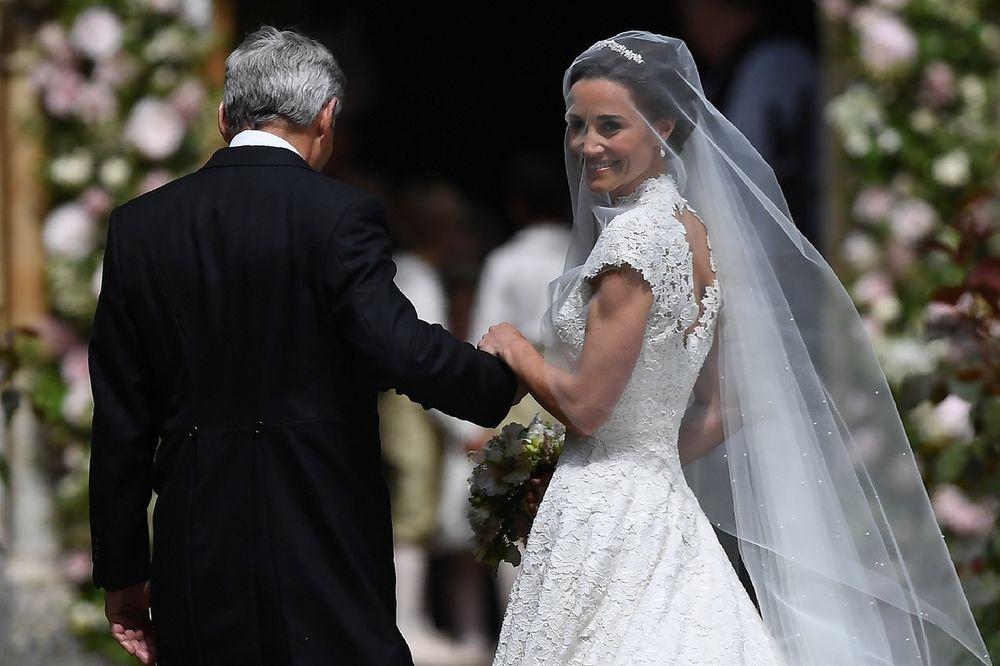 (FOTO) SVI SU GLEDALI U NJENU ZADNJICU KAD SE KEJT UDAVALA Pipa opčinila sve u venčanici od 50.000 €