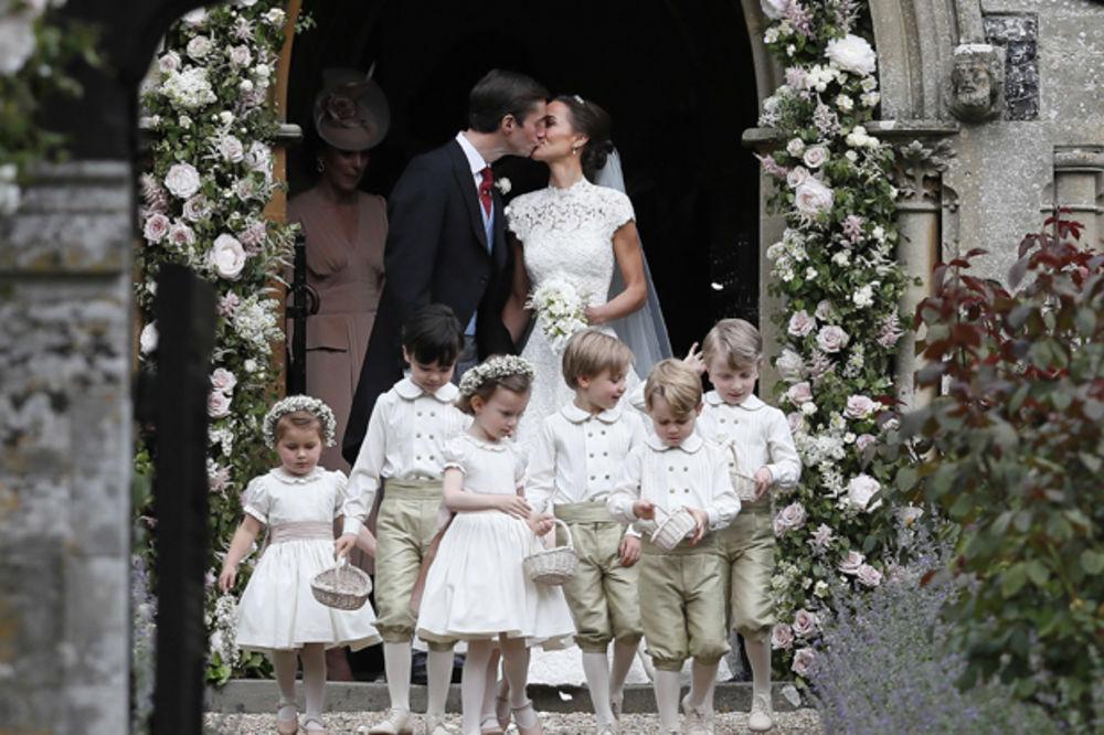(FOTO) NAKON ŠTO JE REKLA DA BOGATAŠU: Evo kako je izgledao poljubac Pipe i Džejmsa