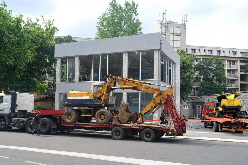 (FOTO) POČELA DEMONTAŽA BESPRAVNOG OBJEKTA: Radnici skidaju krov i prozore u Studentskoj 45