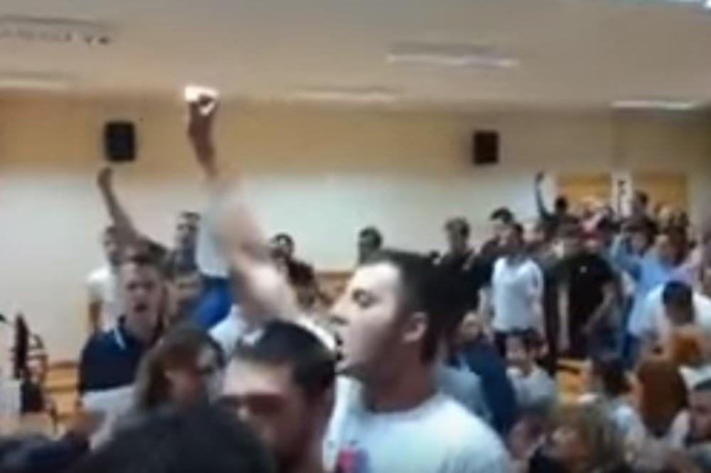 (VIDEO) PREKINUTA TRIBINA NA FPN: Studenti uz pesmu Oj, Kosovo, Kosovo isterali Žene u crnom