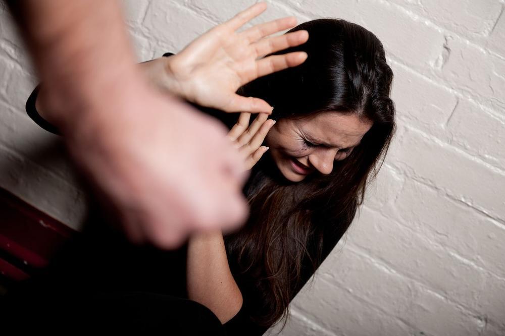 STRAŠAN SLUČAJ NASILJA U PORODICI: Zarobio ženu, tukao je, pa pozvao ljubavnicu u kuću, odluka suda sramotna