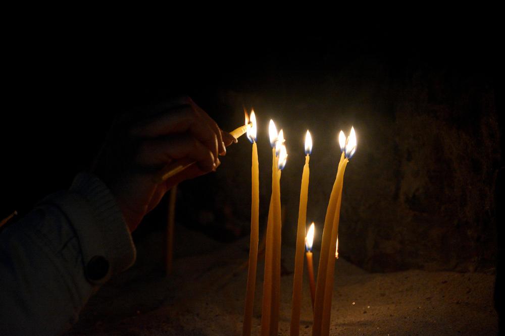TUGA, GROBLJA ZAPUŠTENA, SPOMENICI PORUŠENI: Srbi na Zadušnice obišli groblje u južnom delu Mitrovice