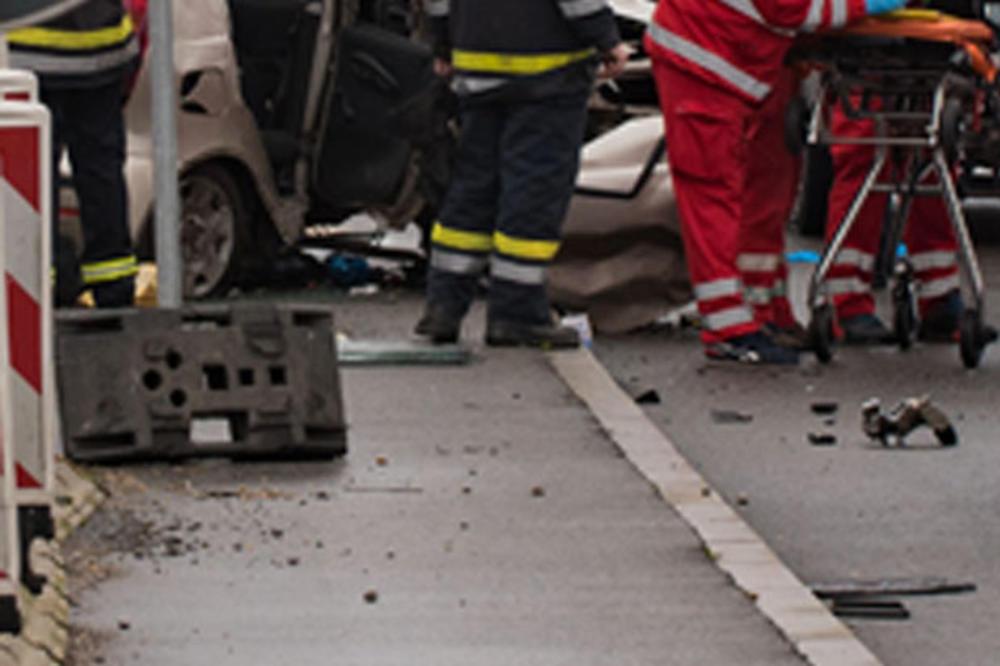 TEŠKA NESREĆA NA IBARSKOJ U ZORU: Vozač kombija poginuo u direktnom sudaru sa autobusom