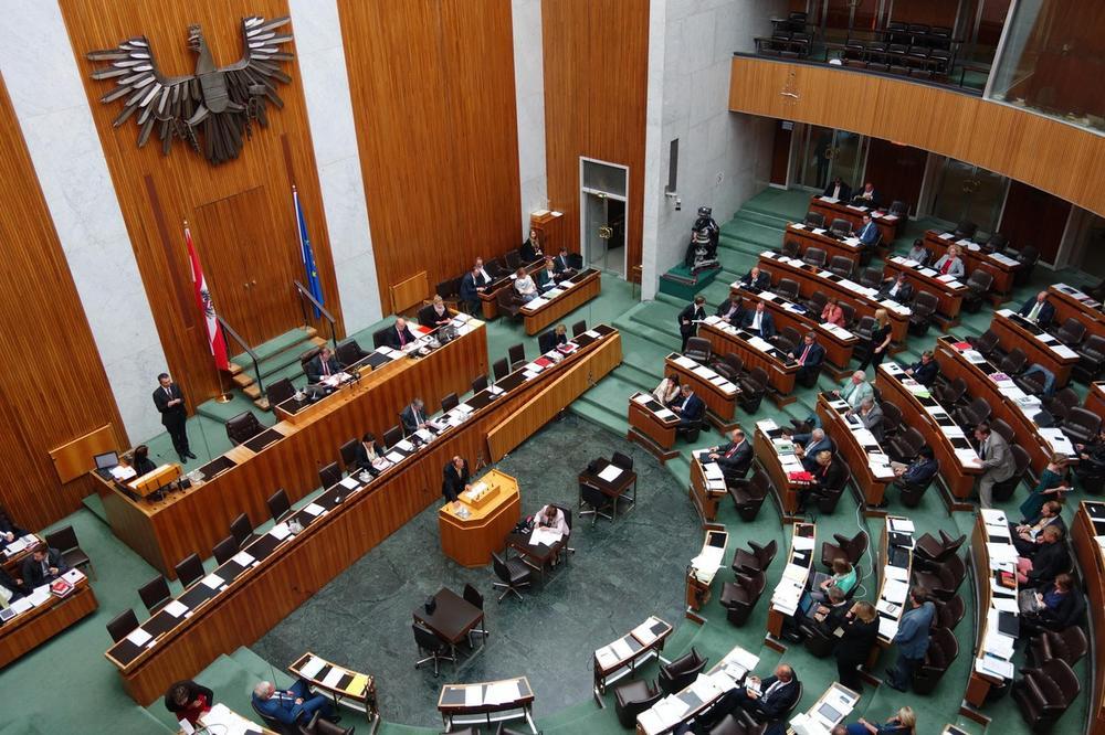 PESNIČENJE PARTIJSKIH KOLEGA U BEČU: Napetost pred izbore sve žešća!