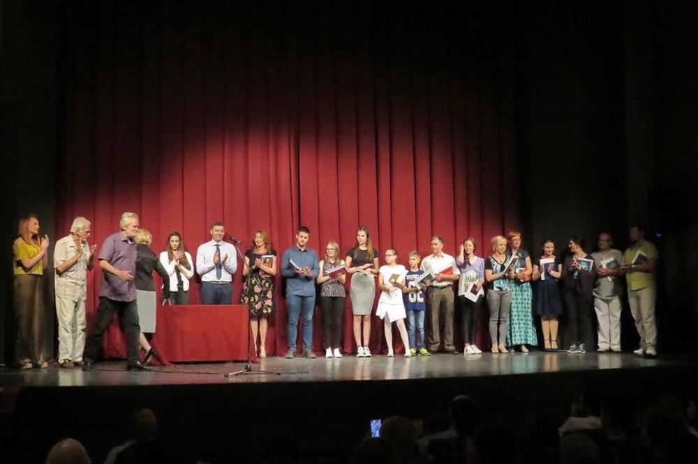 (FOTO) NAJLMAĐI ŠAPČANI ZALJUBLJENI U TEATAR: Osnovci i srednjoškolci odmerili snage u glumi
