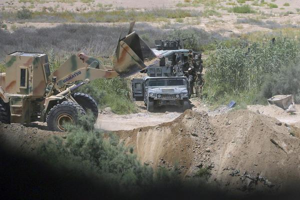 DŽIHADISTI IH SE VIŠE PLAŠE NEGO TENKOVA – Ratni buldožeri strah i trepet za Islamsku državu! VIDEO