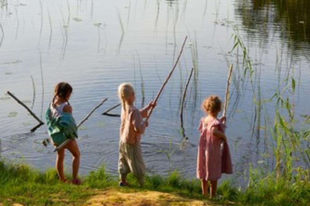 UMESTO NA ULICI, DRUŽENJE NA RECI KOD PROKUPLJA: Deca postaju pecaroši na 2 meseca!