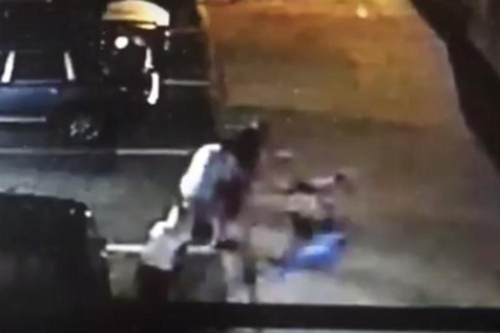 (VIDEO) HOROR: Pas krvnički napada ljude i manjeg psa na parkingu, vlasnik samo posmatra