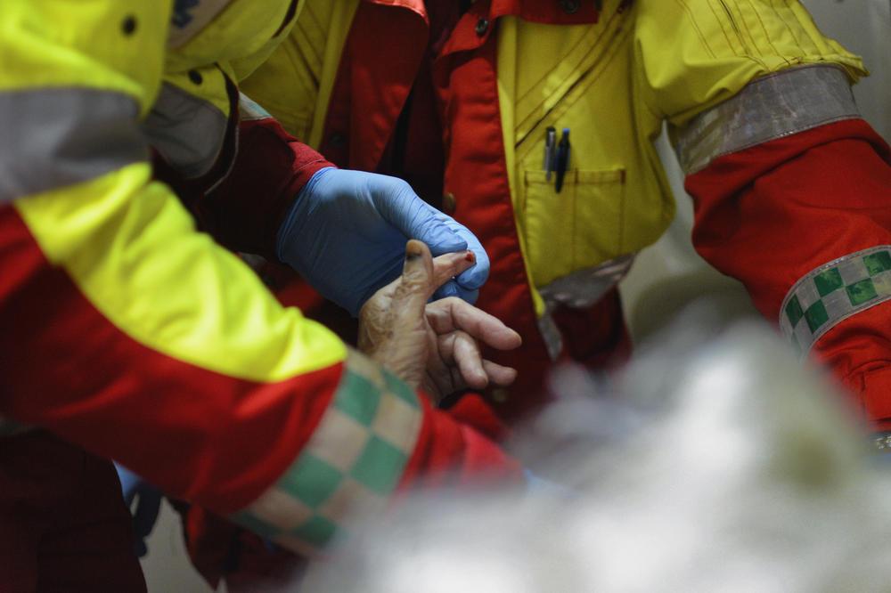 NOĆ U BEOGRADU: Žena se otrovala dimom u požaru u Lješkoj, bez svesti hitno prebačena u Urgentni