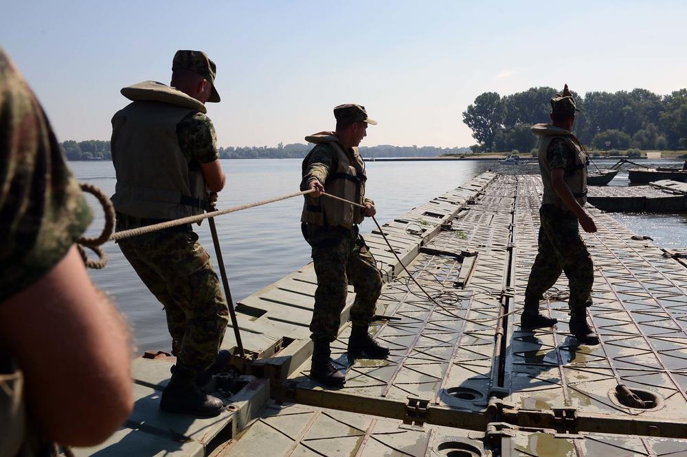 (FOTO) PREMOŠĆEN DUNAV KOD ZEMUNA: Vojska montirala pontonski most ka plaži Lido