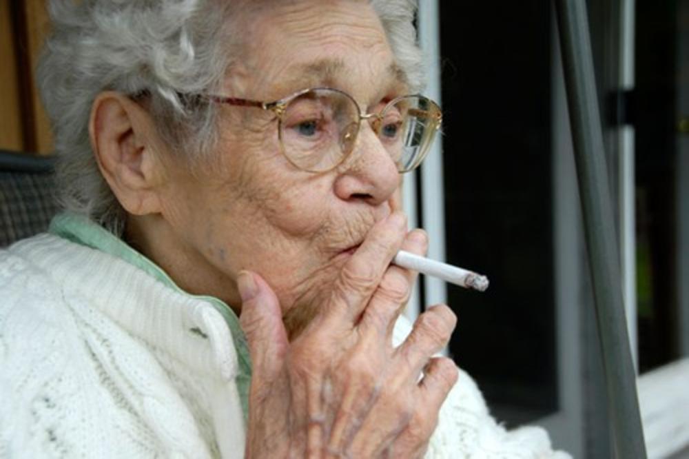 NAUČNICI SU OTKRILI: Ovo je razlog zašto neki pušači dožive stotu!