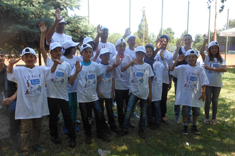 DOBRO SE DOBRIM VRAĆA: Kikinđane i male migrante zbližio tenis