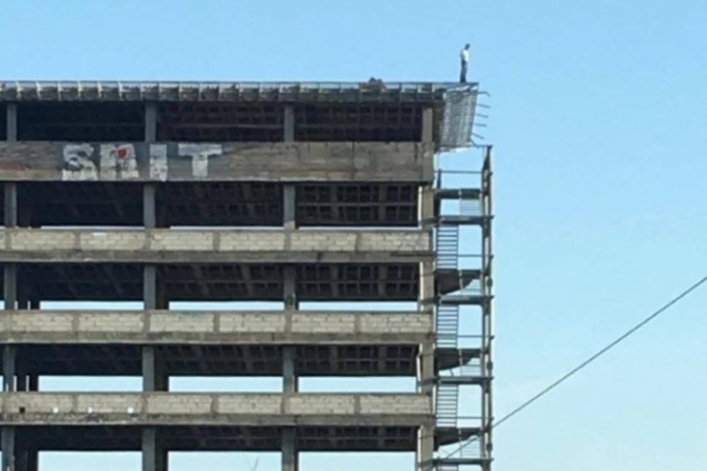 KRAJ DRAME U NOVOM SADU: Policijski pregovarači ubedili mladića da ne skoči! Satima stajao na ivici zgrade