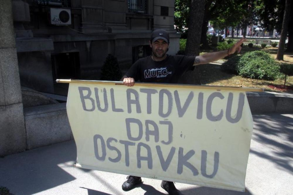 NIŠLIJA SAM PROTESTUJE ISPRED GRADSKE KUĆE: Kaže da je Niš korumpiran grad i traži ostavku gradonačelnika