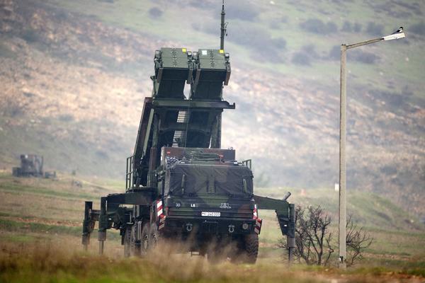 AMERIKA NAORUŽAVA BALKAN – Raketni sistem iz SAD stiže na granicu sa Srbijom!